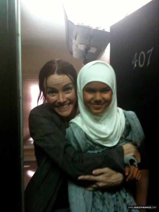 Annie Wersching with child actress on 24 set