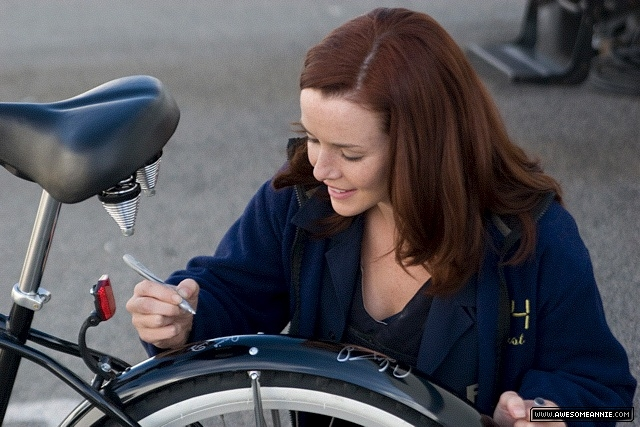Annie Wersching signs a bike for charity