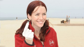 Annie Wersching participates in Earth Day Beach Cleanup 2009