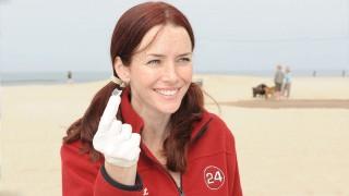 Annie Wersching participates in Earth Day Beach Cleanup 2009