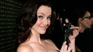 Annie Wersching holding a Jack Bauer figurine